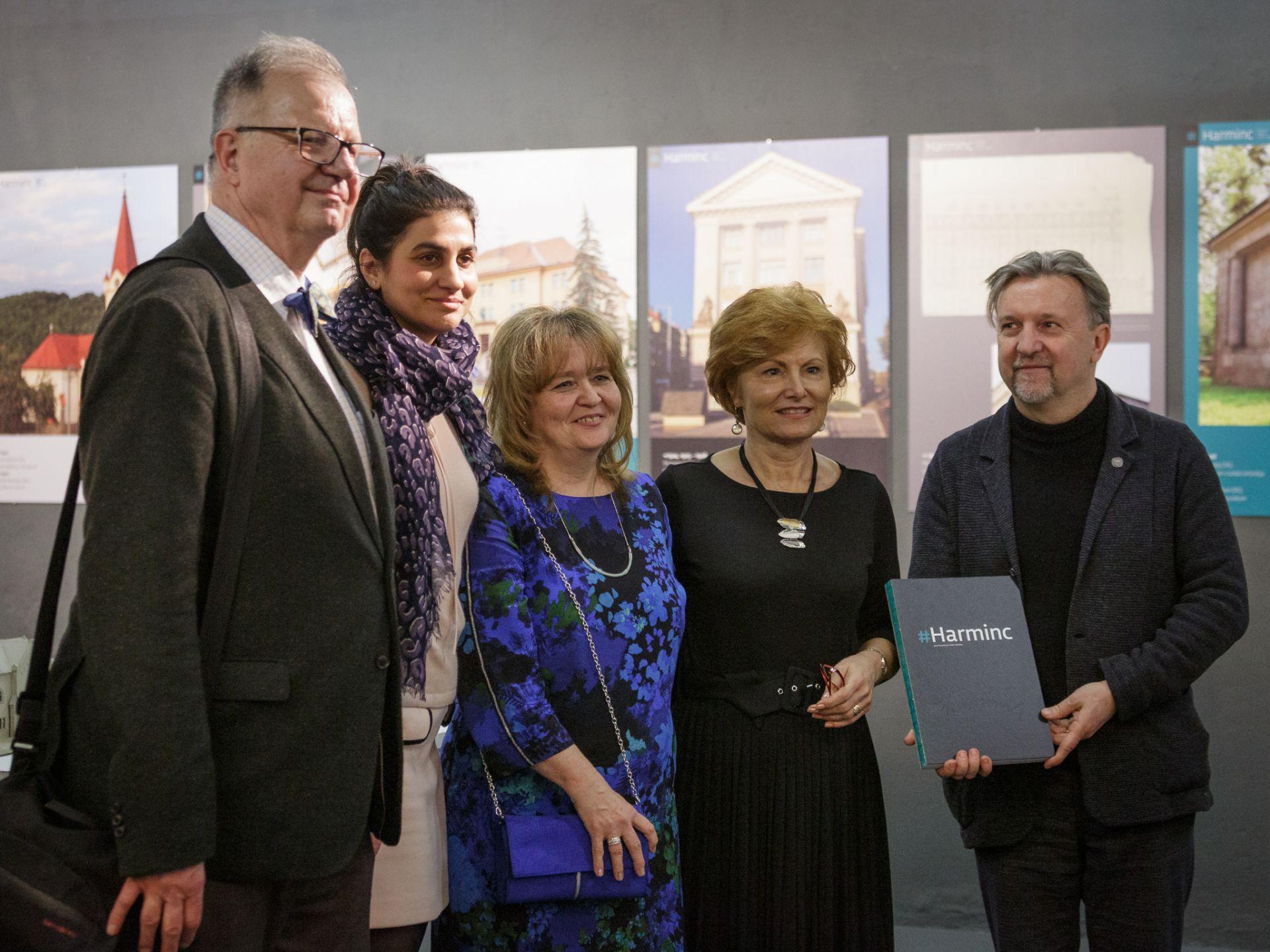 Z výstavy vo Fuge. Zľava Juraj Hermann, Ildikó Siposová, Jana Pohaničová, Magdaléna Fazekašová a András Kriszán.