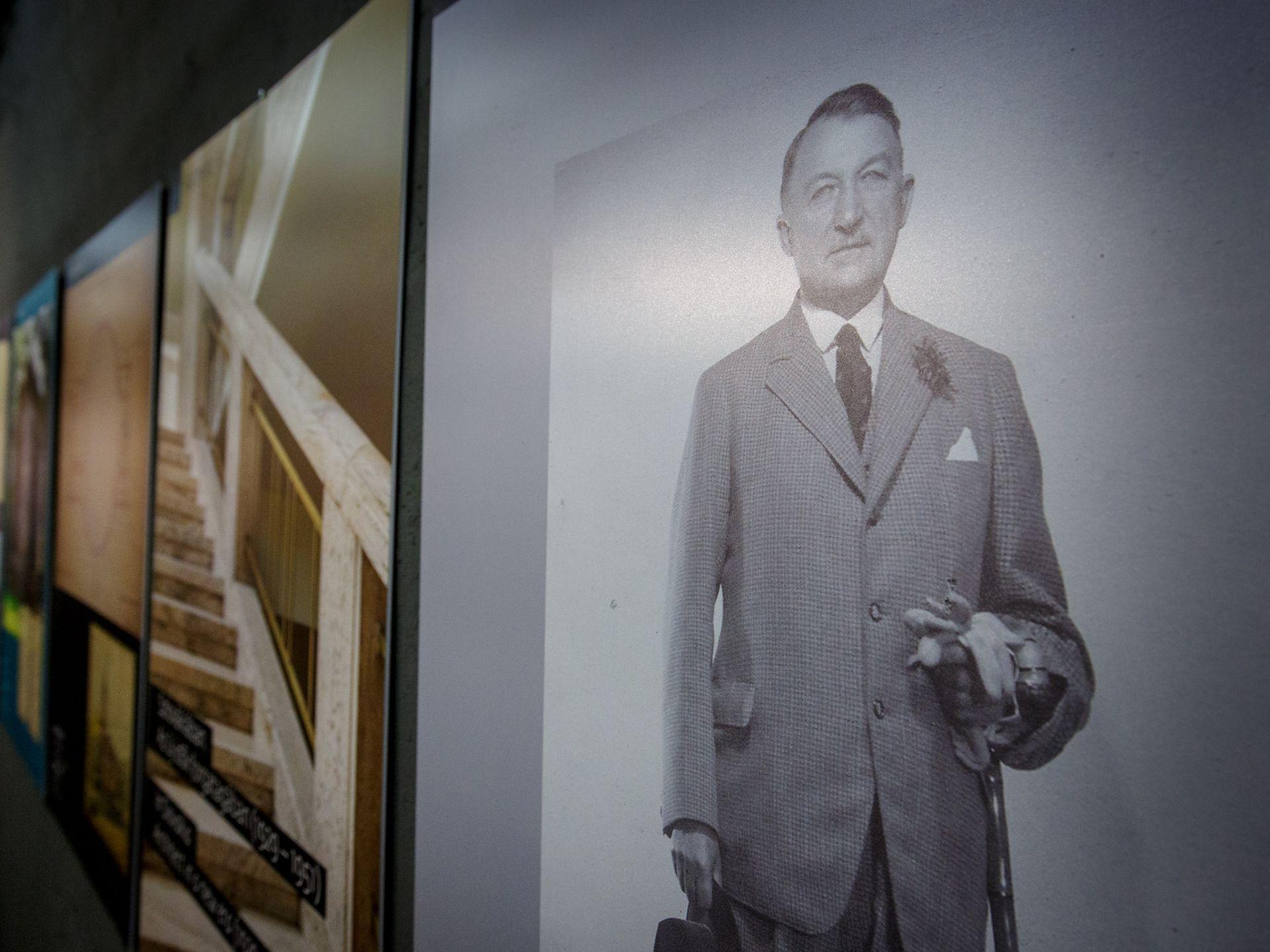 Portrét architekta M. M. Harminca z výstavy vo Fuge.