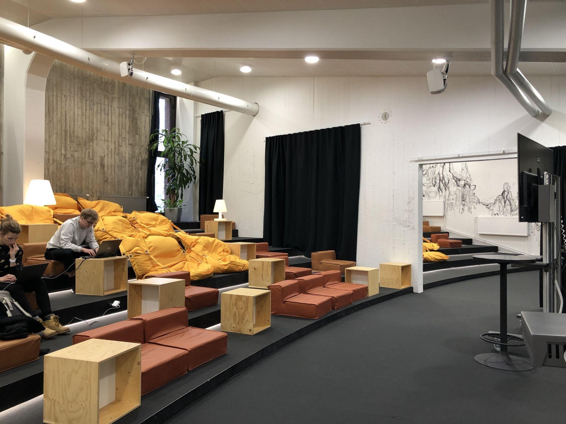 Prostredie pre prácu, ako aj spoločenské priestory, je rôznorodé, od množstva menších či väčších kaviarničiek, kantín, prezentačných priestorov, študovní po samostatné či zdieľané pracovné prostredie.