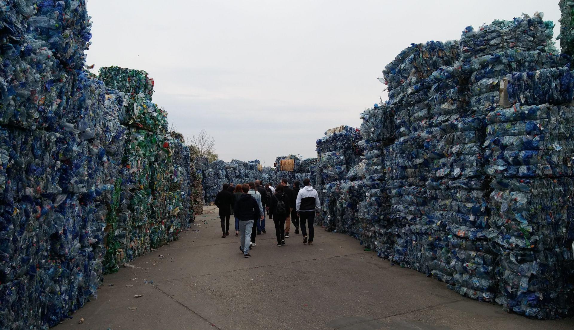 Plastový odpad je z ekologického hľadiska dlhodobým problémom.