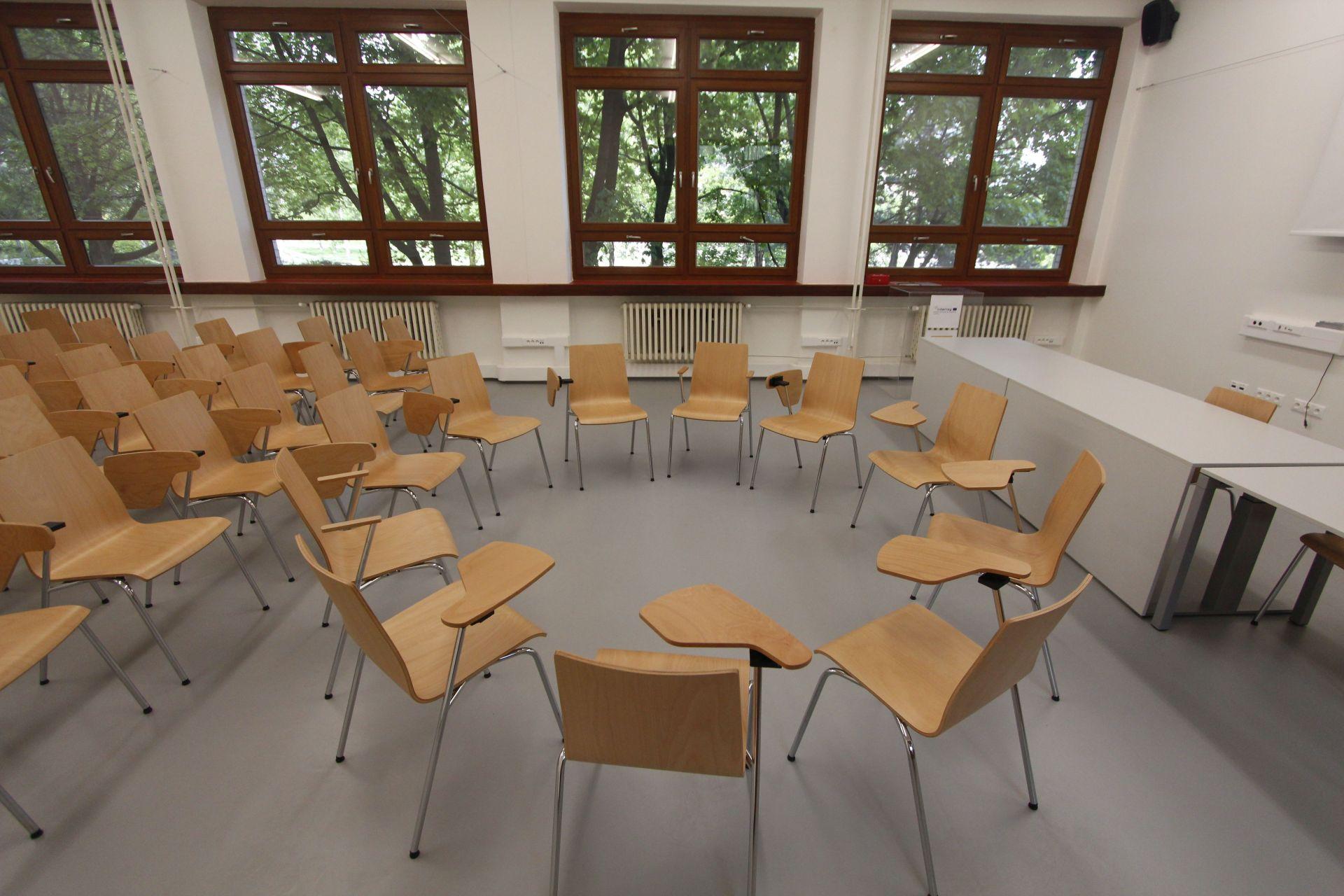Špecializovaná učebňa na FAD so zabudovanou indukčnou slučkou, flexibilným nábytkom a výškovo nastaviteľnými stolmi